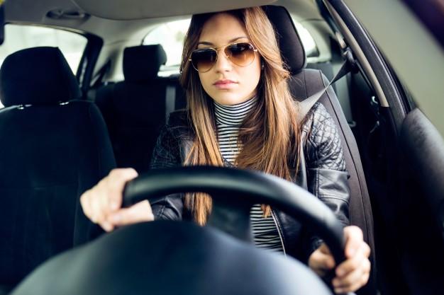 kvinde der har leaset bil